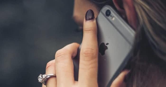 Frau telefoniert mit dem iPhone