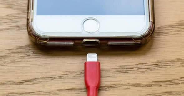 iPhone mit Lightning-Kabel