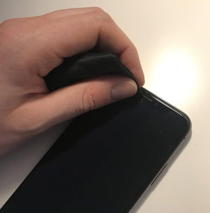 iPhone Lautsprecher reinigen mit Brillenputztuch