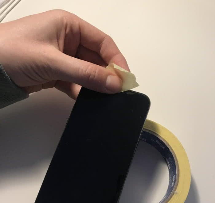 iPhone Lautsprecher reinigen mit Klebeband.