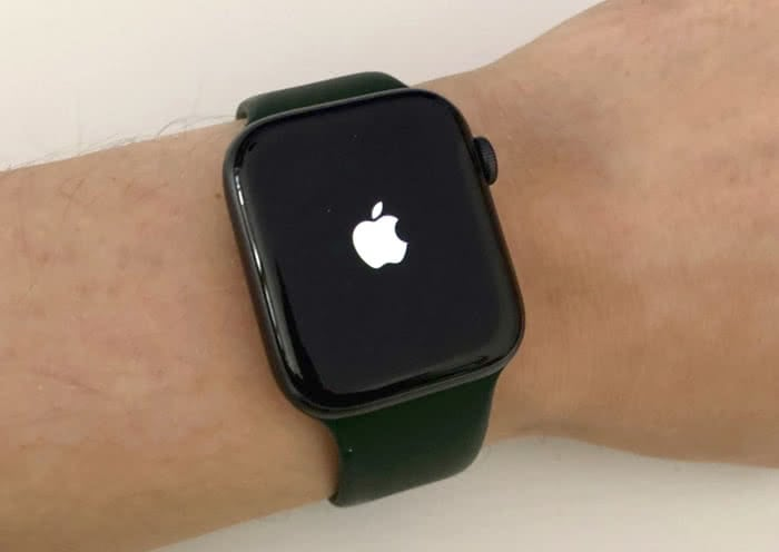 Apple Watch mit Apple Logo auf dem Bildschirm